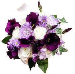 Фиолетовые лизиантусы и белые розы в стеклянной вазе